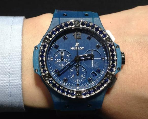 The blue color makes the timepieces look more gentle and calm.