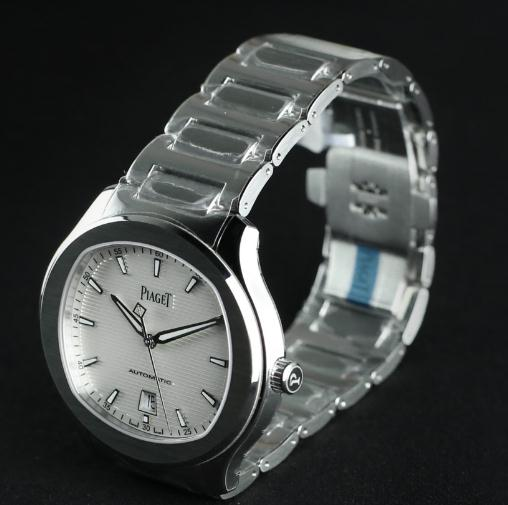 The solid steel watch bodies have a great sturdiness.